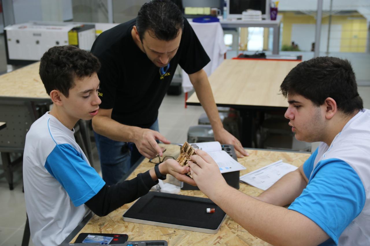 """A Robótica é uma disciplina que agrega grande valor à vivência de cada participante porque estimula a criatividade, experimentação, trabalho em equipe e pensamento lógico. Entenda por que essa matéria tem sido fundamental na Educação até mesmo para o desenvolvimento de habilidades socioemocionais. Principais funções da Robótica na Educação A robótica pode ser explicada como uma série de procedimentos que levam à criação de uma máquina ou mecanismo eletromecânico que é capaz de realizar tarefas a partir de um conjunto de instruções pré-programadas. Em setores como a medicina, indústria e atendimento online, já se desenvolve há tempos, porém, também percebeu-se que é uma poderosa ferramenta de aprendizagem. No Colégio Planck, o Professor Paulo Henrique Pereira, responsável pela atividade de Robótica, afirma que a matéria está alinhada com as competências gerais da BNCC. """"A Robótica é um espaço propício para desenvolver as competências 4 e 5, pois além da linguagem diferente, a tecnologia também é empregada para a resolução de problemas"""", revela. 10 Competências Gerais da Base Nacional Comum 1 - Conhecimento 2 - Pensamento científico, crítico e criativo 3 - Repertório Cultural 4 - Comunicação 5 - Cultural Digital 6 - Trabalho e projeto de vida 7 - Argumentação 8 - Autoconhecimento e autocuidado 9 - Empatia e cooperação 10 - Responsabilidade e Cidadania A BNCC reconhece a tecnologia na formação dos estudantes e estimula que eles dominem o universo digital, por isso, para a competência Cultural Digital, reforça esse papel: """" Compreender, utilizar e criar tecnologias digitais de informação e comunicação de forma crítica, significativa, reflexiva e ética nas diversas práticas sociais (incluindo as escolares), para se comunicar, acessar e disseminar informações, produzir conhecimentos, resolver problemas e exercer protagonismo e autoria na vida pessoal e coletiva"""", diz o documento. Papel da robótica no desenvolvimento de habilidades socioemocionais Segundo o professor, no q"""