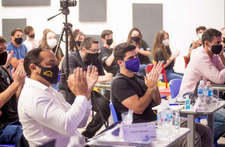 A pesquisa Global Entrepreneurship Monitor (GEM), realizada no Brasil pelo Sebrae e pelo Instituto Brasileiro de Qualidade e Produtividade (IBQP), aponta que o Brasil está no topo do ranking mundial quando o assunto é empreendedorismo. Essa vocação do país aponta um indicativo de que é preciso formar mais empreendedores para que esses novos empresários comecem os negócios com mais conhecimento e consciência empresarial, para evitar também o fechamento precoce das empresas. Essas tendências de mercado também demonstram a importância da disciplina de Empreendedorismo nas escolas, que é uma das eletivas do Colégio Planck. Qual é o panorama do empreendedorismo no Brasil? A pesquisa do GEM aponta que a taxa de empreendedorismo no Brasil saltou de 23% para 34,5% em 10 anos. Esses percentuais colocam o país à frente da China, EUA, Reino Unido, Japão e França. Para se ter ideia, a taxa de empreendedorismo nos EUA fica em torno de 20%. Os dados da pesquisa GEM ganha confirmação com o Mapa das Empresas, que é uma ferramenta do governo federal que quantifica as empresas registradas no país e está publicado no site do governo. Pelo Mapa, nos dados de março de 2021, existiam 17,97 milhões de empresas no país, tendo sido abertas 355 mil apenas em março. Segundo a pesquisa do Sebrae, em dezembro de 2020, do total de empresas brasileiras, mais de 11,8 milhões são microempreendedores individuais. No início da pandemia, em março de 2020, eram 9,8 milhões. Os números divulgados para o terceiro quadrimestre de 2020 no Mapa das Empresas também registraram um recorde histórico: a abertura de 3.359.750 empresas, o que representou um aumento de 6%. Porém, no mesmo período, foram fechadas 1.044.696 empresas. E, mesmo com a crise sanitária, 2020 também foi visto como o ano das startups, segundo um levantamento da Inside Venture Capital Brasil, realizado pela empresa de inovação aberta Distrito. Até novembro do ano passado, os investimentos neste setor estavam acumulados em R$ 2,87 bilhões, r