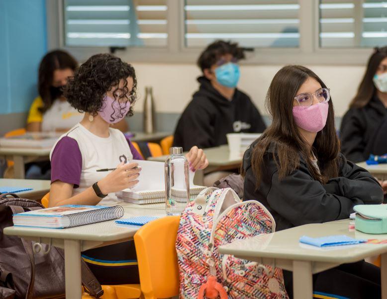 O 9º ano é uma época de mudanças para os estudantes, quando estão a um passo de ultrapassar a fronteira que vai direcioná-los ao Ensino Médio, no qual a dinâmica de estudos e objetivos são bastante diferentes do Ensino Fundamental Anos Finais. No Colégio Planck, entenda como os estudantes são preparados para essa nova fase que exige mais autonomia e maturidade. Estudantes entram em um novo estágio pessoal e acadêmico No Brasil, o Ensino Fundamental Anos Finais compreende do 6º ao 9º ano, com estudantes que, em geral, têm de 11 anos a 14 anos. A passagem do Ensino Fundamental Anos Iniciais para os Anos Finais exige novos desafios, mas no 9º ano o estudante também será preparado para um nível a mais de autonomia e responsabilidade em sua vida acadêmica para seguir para o Ensino Médio. Além de começar a pensar na nova dinâmica de estudo do Ensino Médio, as disciplinas e até nos novos amigos, no caso de uma mudança de instituição, existem outros processos que começam a surgir no horizonte para um estudante do 9º ano. Por isso, é muito importante que as instituições escolares preparem esses estudantes para essa transição, desenvolvendo algumas estratégias que vão ajudá-los a esclarecer dúvidas sobre o novo processo acadêmico que irão vivenciar no Ensino Médio, apresentar a eles as mudanças que irão ocorrer no currículo, bem como prepará-los para uma nova dinâmica de estudo, que vai exigir muito mais autonomia e organização. Nesse momento, os estudantes devem ser estimulados a ter mais independência em suas decisões e ter mais oportunidades de cultivar os seus sonhos. Como é o 9º ano no Colégio Planck No Colégio Planck, que é uma instituição que estimula o alto desempenho, ocorre também uma acolhida individualizada e um olhar especial para a performance desse estudante, no sentido de estimulá-lo a atingir suas novas metas, porque essa é a hora de começar a pensar em uma carreira e planejar objetivos e sonhos. Nesse momento, os estudantes passam a entender ainda mais a imp