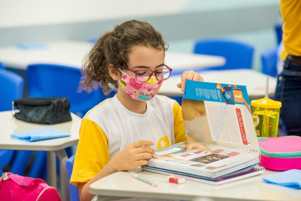 """Dicas para exercitar a memória são muito importantes para ajudar os estudantes a guardar uma imensa quantidade de informações que são parte da grade curricular de cada fase. Veja nesse texto alguns truques que vão auxiliar a reter melhor os conteúdos recebidos. Como o cérebro e a memória funcionam? A Ciência já demonstrou que o desenvolvimento cerebral das crianças e adolescentes é realizado em etapas. Na primeira infância, está mais desenvolvido o sistema límbico, que é responsável pelas emoções e impulsos, e o hipocampo, que atua na memória, que é formada pelas conexões entre as células nervosas e os neurônios, e permite armazenar informações e recuperá-las sempre que necessário para todos os processos da vida. Só com o passar da idade é que o córtex pré-frontal vai se desenvolvendo e apresentando melhores condições para possibilitar o controle das emoções, organização, planejamento, pensamento crítico, atenção, etc. Esse desenvolvimento vai ocorrer até os 25 anos. Com aproximadamente 86 bilhões de estruturas que vão captar, repassar, guardar e resgatar, o cérebro funciona como um arquivo gigantesco de informações. No entanto, o cérebro também tem um importante recurso de economia de energia e potencialização do seu uso: ele desliga áreas que não estão sendo devidamente usadas. Por isso, quanto mais estímulo a pessoa dá a uma determinada área cerebral, mais ativa ela fica, isso inclui a memória. Portanto, conhecer algumas dicas para exercitar a memória é muito importante em todas as fases da vida, inclusive, na escolar, quando os estudantes estão mergulhados em conhecimentos das diversas disciplinas, e precisam entendê-los, retê-los e recuperá-los para as provas, simulados ou exames de vestibular. Tipos de memórias Além das informações retidas relativas à temporalidade (curto e longo prazo) e a memória sensorial, que está relacionada com associação aos estímulos recebidos pelos nossos 5 sentidos, que é citada na obra """"Em Busca do Tempo Perdido"""", de Marcel Proust, """