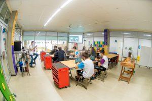 A aprendizagem colaborativa desenvolve nos estudantes habilidades socioemocionais como criatividade, capacidade para tomada de decisão, solução de problemas, cooperação e flexibilidade. Veja neste post, o que é essa estratégia pedagógica que traz diversos benefícios para o ensino. O que é aprendizagem colaborativa? O conceito de colaboração pode ser explicado como a ação ou efeito de colaborar, é um trabalho comum feito por duas ou mais pessoas, que se ajudam mutuamente em prol de um objetivo. Cada vez mais esse termo tem feito parte das iniciativas dos diversos setores e nos mais diversos países, seja na economia, na música ou na ciência, é uma abordagem que vem crescendo e dando muito certo. Portanto, a aprendizagem colaborativa consiste no trabalho em equipe para aprender junto com o outro, com participação ativa na construção conjunta do conhecimento, uma verdadeira troca de saberes e experiências. É um método de aprendizagem ativa, com o qual cada integrante dá a sua parcela de contribuição, com foco em seus pontos fortes, que vão ajudar para o sucesso de um projeto como um todo. Na escola, essa é uma abordagem educacional que enriquece as vivências da sala de aula, e também prepara os estudantes para os desafios que vão encontrar no futuro, no mercado de trabalho e nas situações da vida. Conheça algumas vantagens da aprendizagem colaborativa: Promoção da interação entre os estudantes e professores; Aumento da retenção, autoestima e responsabilidade dos estudantes; Desenvolvimento de pensamento crítico, comunicação oral, autogestão e liderança; Compreensão das diversas perspectivas que um mesmo problema pode trazer; Preparação para situações da vida real. Como realizar a aprendizagem colaborativa nas atividades escolares? Com a condução de um professor, a aprendizagem colaborativa permite que os estudantes pensem nas soluções e não se acomodem com respostas prontas. É uma abordagem de aprendizagem muito mais avançada do que a memorização mecânica de números e f